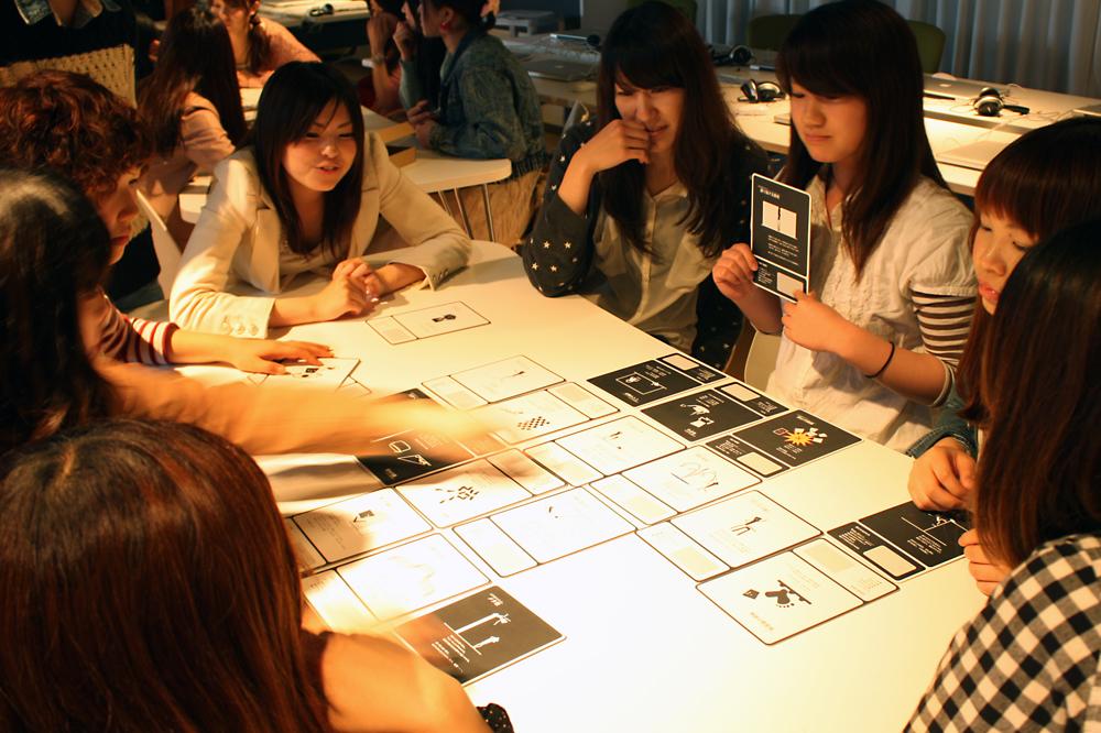 「プレイフル・デザイン・カード」を使った大�での実習の様�