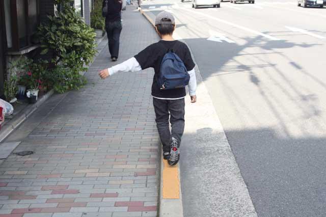 歩道を歩く